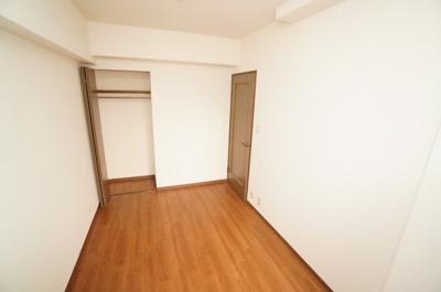 【北東側洋室約5.89帖】 たっぷり収納! コートやスーツだけでなく、収納棚を中にしまえば ニットやパンツも中にしまえて お部屋をすっきりとお使いいただけます! お部屋のコーディネートと幅が広がります