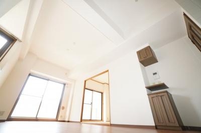 【約11.92帖LDK】 三角コーナーのある出窓が特徴のLDK。 廊下から入って直ぐの場所には、 サイドカウンターと、オートロックへ繋がる インターホンを設置。 畳コーナーとの段差は6cm程度。