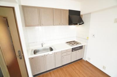 【システムキッチン】 廊下からリビングに入ると左手側に、 リビングのスペースを広く取れる壁付けキッチン。 家事の動線を考えるとキッチンの後ろに すぐダイニングテーブルを配置することができて便利ですね。