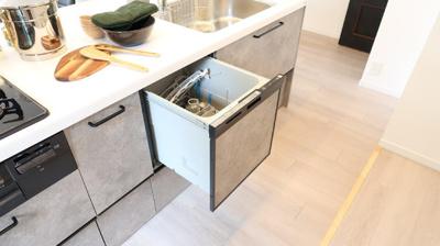 収納も充実した、キッチンカウンターには、食器洗浄機も付いています♪お片付けもはかどりますね♪