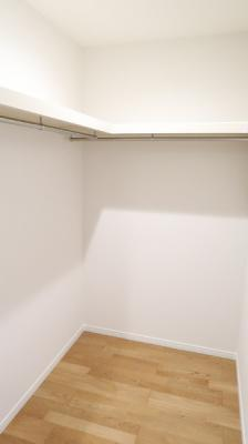 8.5帖の洋室に面するウォークインクローゼットです。十分な収納力を兼ね備えております♪メインベッドルームにぴったりです♪
