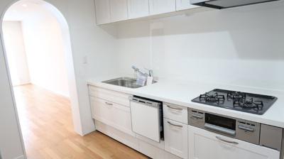 独立型のキッチンは生活感を感じさせません。5.4帖の広々キッチンは大人数でのお料理も楽しめ、家事をしながらのファミリーとのおしゃべりも楽しみです