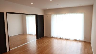 採光たっぷりのリビングは家族との会話も楽しみです♪隣接する洋室の扉を開放し、20帖大のリビングにも変更可能です。キッチンは独立型でリビングから直接見えない造りで生活感の出ない空間を楽しめます