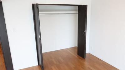 収納たっぷりのクローゼット設置しています。物が溢れるお子様のお部屋にもぴったりです。用途に応じ使い分けができるたっぷり空間のクローゼット♪