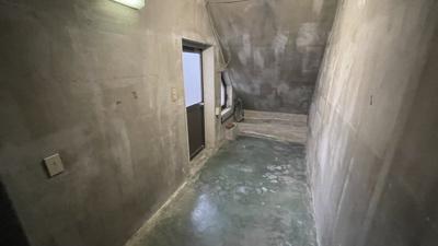 階段下収納スペースです。大きな物も収納できます。
