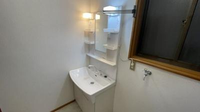 独立洗面化粧台が付いています。
