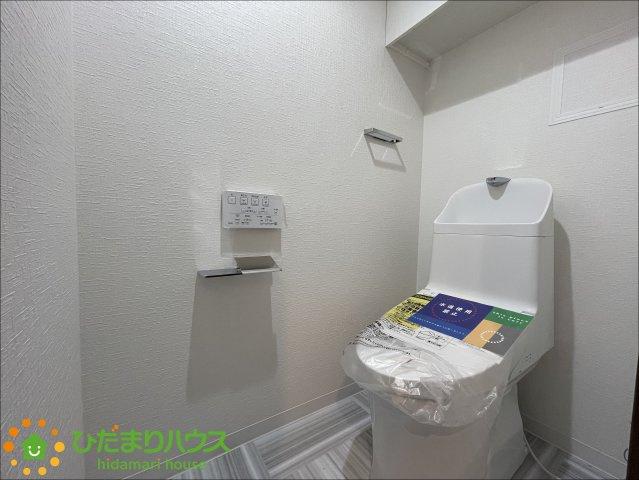 圧迫感の無い広々としたトイレ♪温水洗浄便座です♪