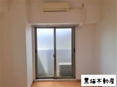 もちろんエアコン付き、そして北側のお部屋にも関わらずベランダスペースがございます。