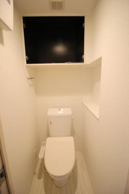 棚のある温水洗浄便座付きトイレ
