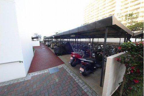 バイクと自転車置場、屋根があると助かる~。