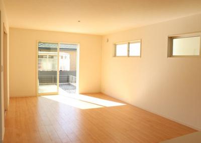 大きな窓から日差しが入り、明るい空間造りがなされている18帖超えのLDK。シンプルな色合いで家具やカーテンの色合いを選びません。