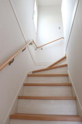 リビング階段になっています。手すり付きでゆるやかな階段は上り下りも安心です。