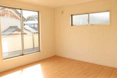 主寝室6.88帖。別途子供部屋として活用できる居室も2部屋ご用意。シンプルな色合いで家具やカーテンの色柄を選びません。