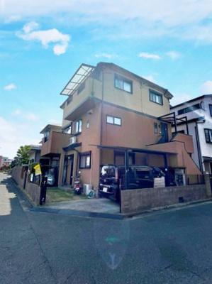 閑静な住宅街の角地に位置する二世帯利用可能なお家です!