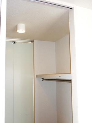 リビングダイニングキッチンと洋室6帖のお部屋から繋がるウォークスルークローゼットです☆たっぷり収納できてお洋服や荷物が多くてもお部屋すっきり☆