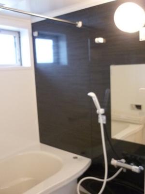 追い焚き機能・浴室暖房乾燥機&物干しバー付きバスルーム♪窓があるので湿気対策OK!ゆったりバスタイムでリラックス☆