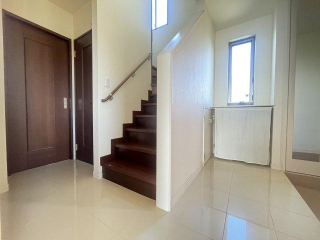 床材は光沢のあるタイル調フローリングです。