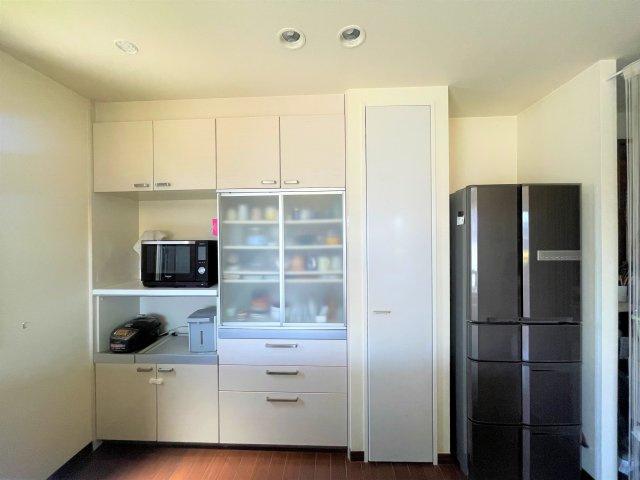 キッチン背面収納です。これだけ収納があれば十分です。冷蔵庫横にはパントリーもあります。