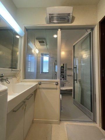 ガラス張りのおしゃれな浴室空間です。一味違う造りですね。