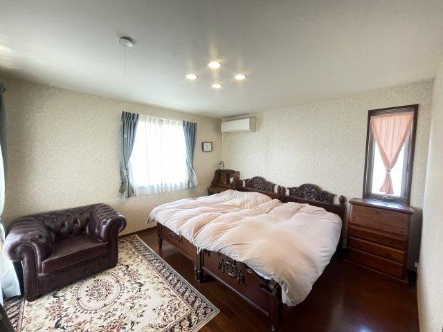 ベットを二つ置いてもゆとりのある主寝室。ウォークインクローゼットもございます。