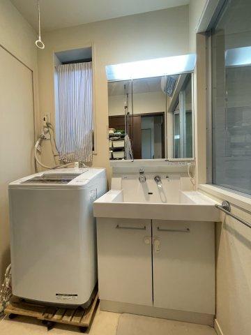 ゆとりの洗面スペースで朝の身支度も快適スムーズに。お化粧もストレスなくこなせ、朝から気分よく通勤通学に向かえそうですね!鏡の裏にはたっぷりと収納スペースを標準装備!