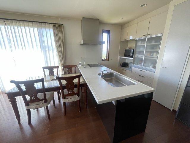 お料理に大変便利なフラット対面システムキッチンです!収納力がありキッチンの収納スペースは引き出しタイプなので奥の方でも楽に取り出し可能です。スムーズな家事をサポートします♪