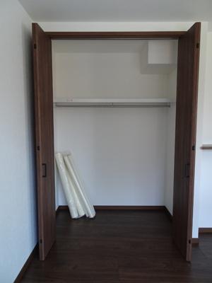 リビング内に収納があり、日常生活用品等の収納にも困りません。高さのある収納のため、ついつい増えてしまう生活用品も楽々収納♪