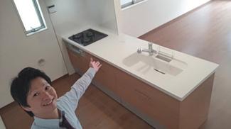 キッチンです。新築建売ナビゲーターむらちゃんがご案内致します。新築ナビゲーター村田です。 お客様の不安に寄り添います。