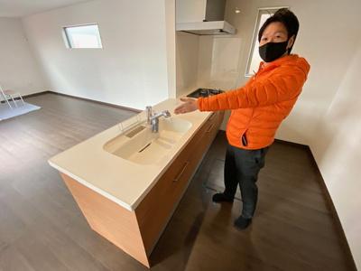 新築戸建ナビゲーターむらちゃんが案内いたします。 人造大理石キッチンでお手入れも簡単、浄水器も付いています。