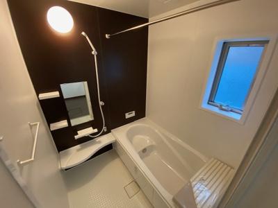 暖房乾燥機の浴室で雨の日の洗濯も安心。床は乾きやすく冷ヤッとしないですよ。