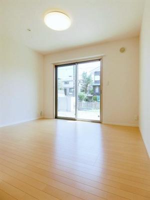 1階・クローゼットのある洋室7.4帖のお部屋です!お洋服もしわにならず、キレイに収納できます☆