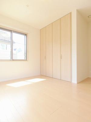 追い焚き機能・浴室暖房乾燥機&物干しバー付きバスルーム♪換気のできる小窓付きです♪ゆったりバスタイムでリラックス☆