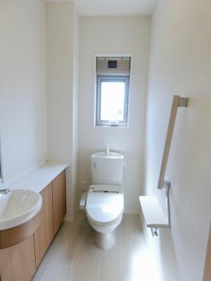 2階・8帖のお部屋にあるクローゼットです!たっぷり収納できてお洋服や荷物が多くてもお部屋すっきり☆