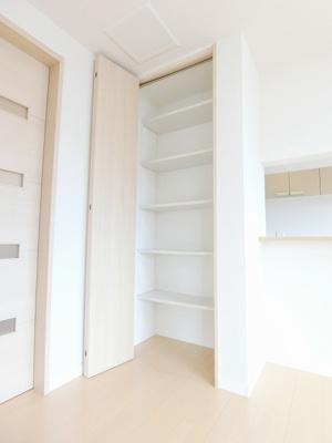 2階・廊下にある収納スペースです!かさ張るお掃除用品などもすっきり収納できて便利!