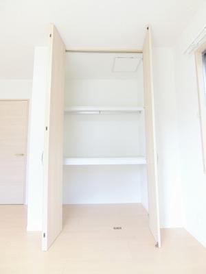 大型シューズボックスでお気に入りの靴もたっぷり収納できます☆間のスペースは飾り棚や小物置き場として活用できます♪