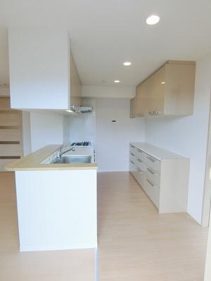 3口ガスコンロ/グリル付きシステムキッチンです☆場所を取るお鍋やお皿もたっぷり収納できてお料理がはかどります!
