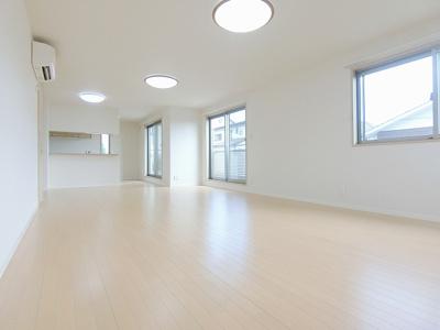 2階・女性に人気なカウンターキッチンの26帖リビングダイニングです!家具などを置いても余裕のある広さ!椅子とテーブルを囲んで家族団欒の時間を過ごせます♪