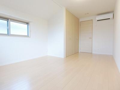 1階・テラスと専用庭に繋がる南向き角部屋二面採光洋室7帖のお部屋です!フローリングのお部屋は寝室や子供部屋としても使えますね♪