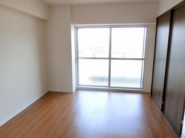 【現地写真】 心と体をゆったりと安らげる主寝室。寝室のゆとりが大きい分だけ、暮らしの安らぎは深まります。一日の疲れを癒すだけでなく、ご夫婦の親密な語らいを紡ぎ出します♪