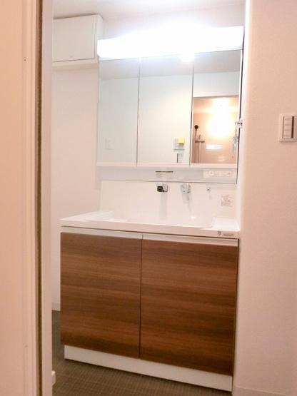 【現地写真】 洗面台はお掃除やメンテナンスが楽です。スペースを確保した洗面所はゆとりある広さの設計となっております♪