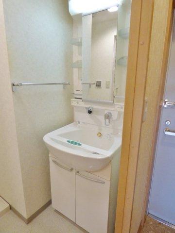シャワー付きの独立洗面台!タオル掛けがすぐ横にあって便利♪ ※掲載画像は同タイプの室内画像のためイメージとしてご参照ください。