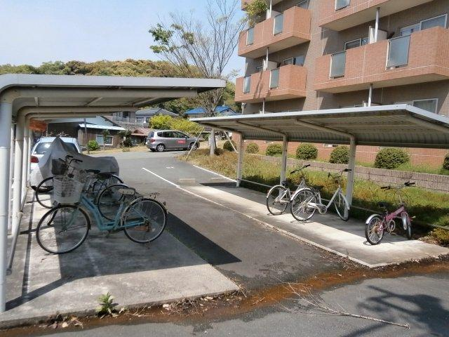 広い屋根付きの駐輪場。ゆったり停めることができます。