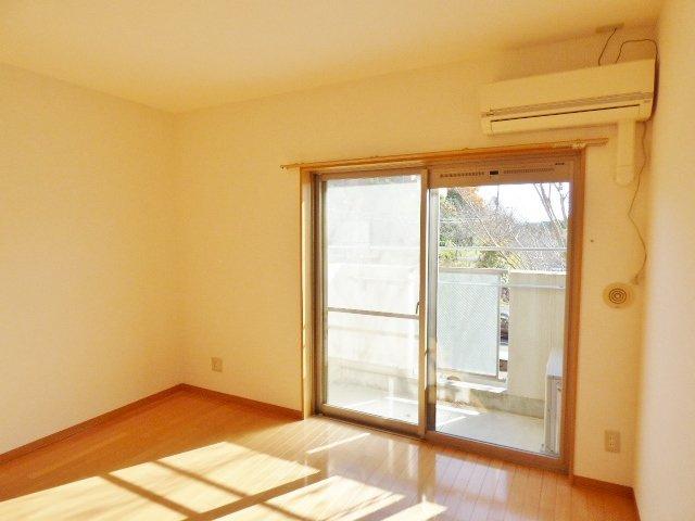 掃出し窓が端に寄っているので大きな家具を置きやすいですね♪ ※掲載画像は同タイプの室内画像のためイメージとしてご参照ください。