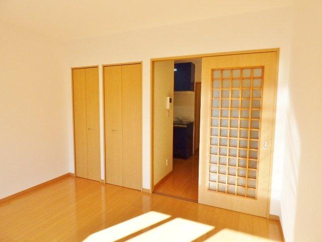 引戸でお部屋の圧迫最小限♪DKが暗くなりすぎないガラス戸です!※掲載画像は同タイプの室内画像のためイメージとしてご参照ください。