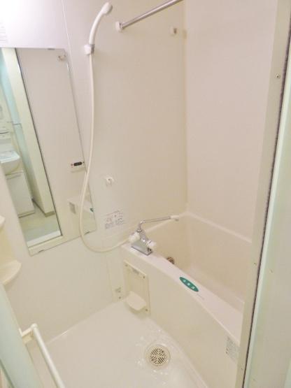 壁付小物棚でカビ対策♪シャワーのみ派さんでも使いやすい縦長鏡 ※掲載画像は同タイプの室内画像のためイメージとしてご参照ください。