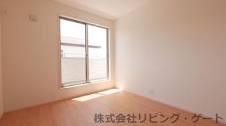 2階の5.25帖の洋室・バルコニーには2部屋から行き来できます