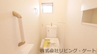 温水洗浄便座付きの2階トイレ・壁面収納あります