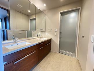 手洗いボールが二つ付いた大きな洗髪洗面化粧台