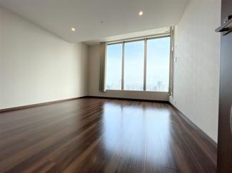 約12.4帖 南向きでとにかく明るい洋室です。