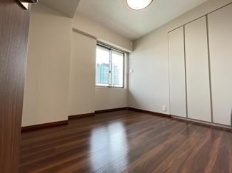 約6.5帖の洋室。南向きの収納力のある洋室です。